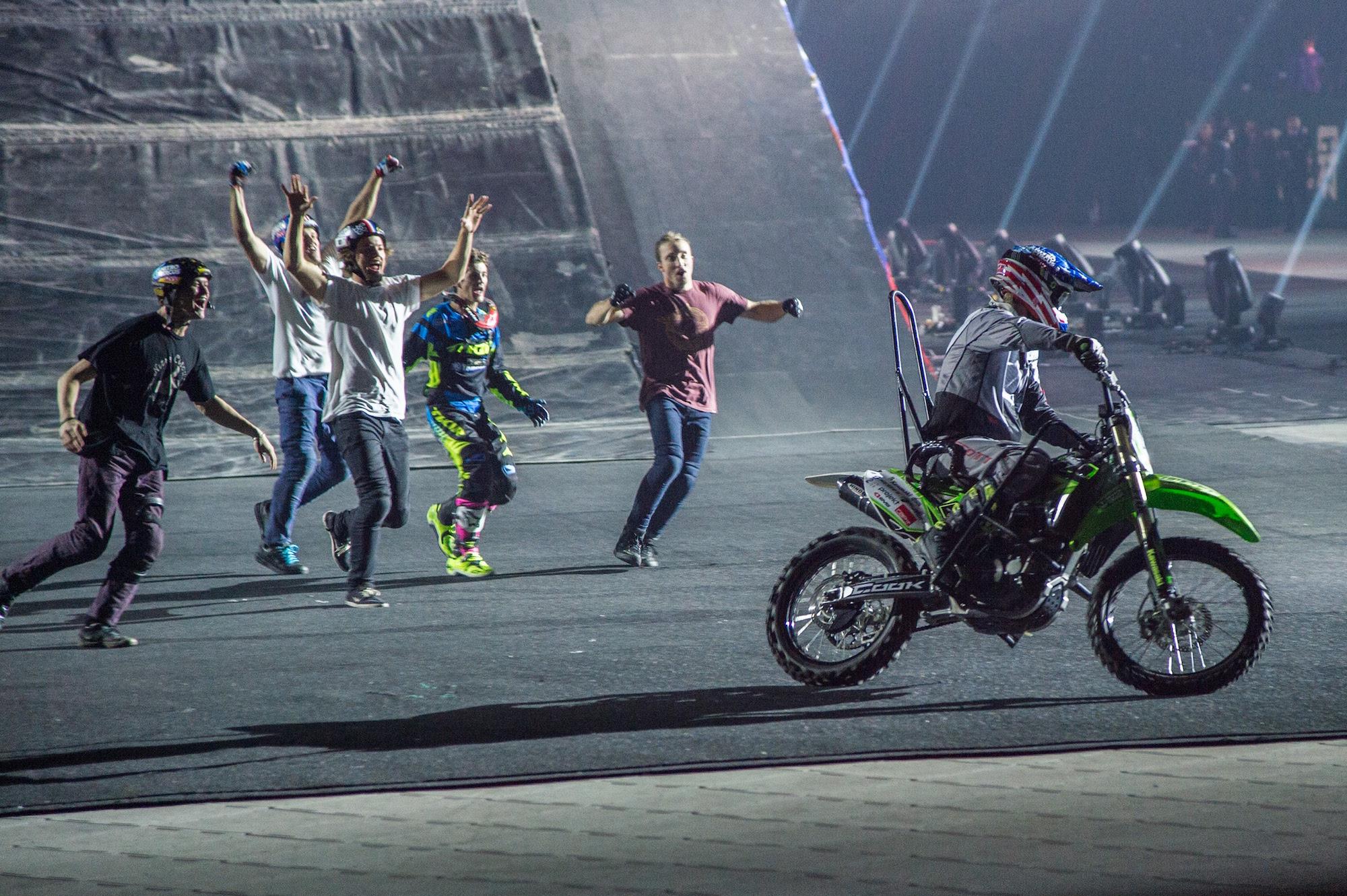 見事なトリックを決めたライダーに、ナイトロ・サーカスのメンバーが歓声をあげて駆け寄る。
