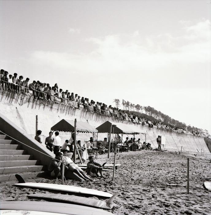 1968年「全日本サーフィン大会」の会場風景。現在は砂浜にテントを張ることは厳しい状況だ。 / photo by Surf Voice