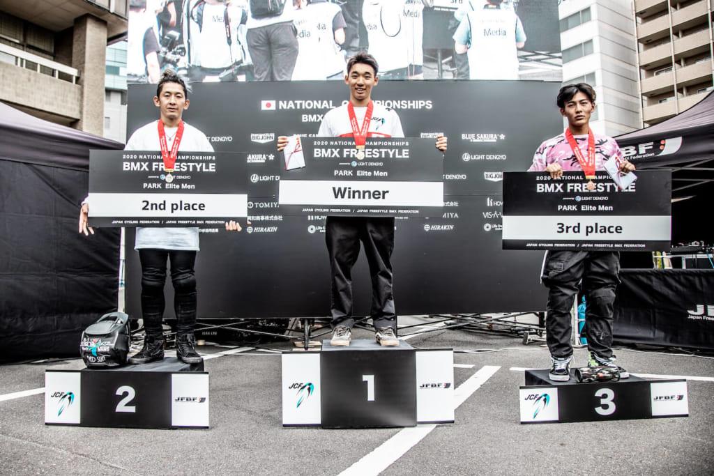 写真左から男子エリート2位高木聖雄、優勝中村輪夢、3位大和晴彦 photo by Naoki Gaman / Japan Cycling Federation