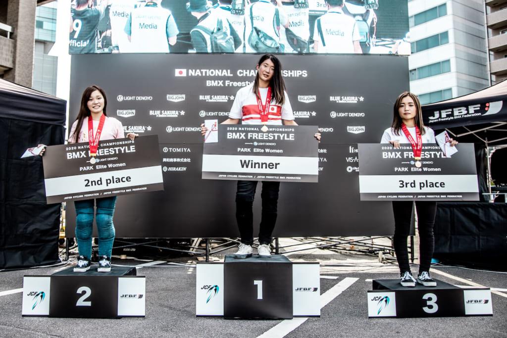写真左から女子エリート2位深尾梨奈、優勝大池水杜、 3位佐藤孔怜 photo by Naoki Gaman / Japan Cycling Federation