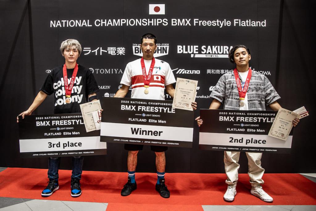 写真左より3位早川起生、優勝佐々木元、2位漢那史哉 / photo by Naoki Gaman / Japan Cycling Federation