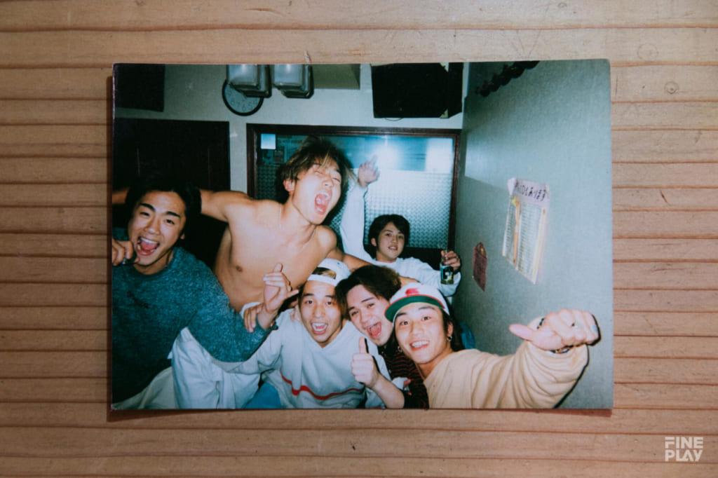 地元の仲間と610-chang(中央) photo by Kazuki Murata
