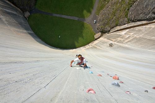 """スイスにある世界最長の人工壁""""Luzzone"""""""